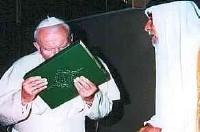 Papež Jan Pavel II. líbá Korán